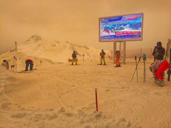 Doğu Avrupa'nın Zirveleri Turuncu Karla Kaplandı