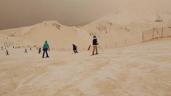 Doğu Avrupa'nın Zirveleri Turuncu Karla Kaplandı 2