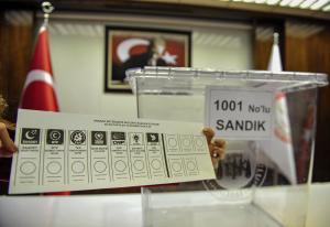 İlk kez bir yerel seçimde sandığa tek zarf atılacak. Seçmenlerin tek zarf kullanmasında, pusulaların yanlış zarfa konulması nedeniyle oyların geçersiz sayılmasının önüne geçmek amaçlandı.