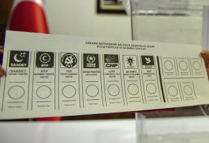 Seçmenler 4 ayrı oy pusulasında adayını belirledikten sonra oy pusulalarını tek bir zarfta sandığa atacak.