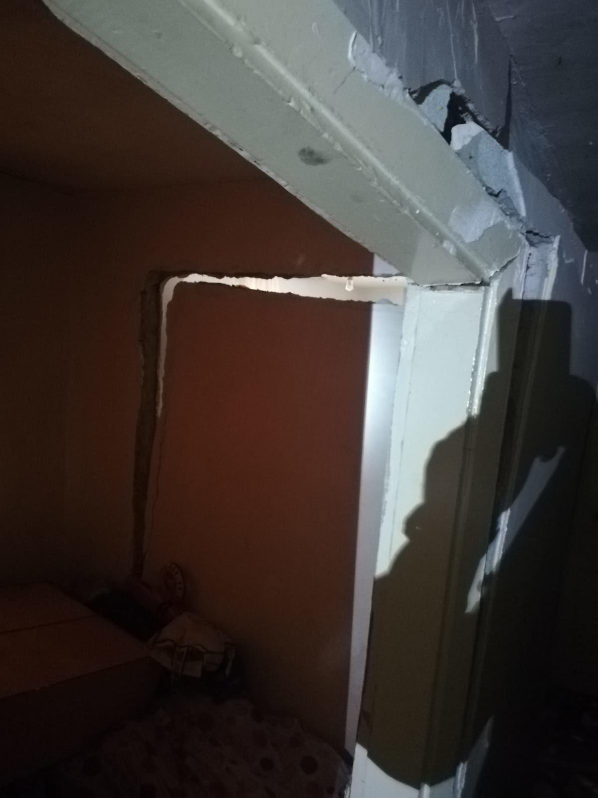 Evin giriş katının iç duvarında su sızıntısı nedeniyle çökme meydana geldi.