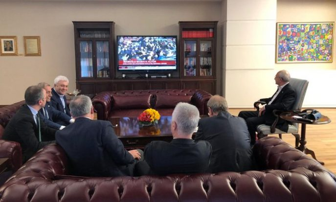 CHP Genel Başkanı Kemal Kılıçdaroğlu mazbata törenini genel merkezdeki makamında televizyondan izledi.