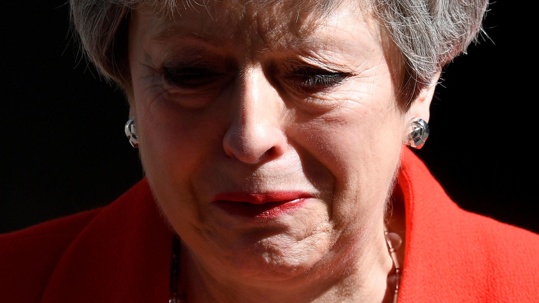 May istifa konuşmasının sonuna doğru gözyaşlarını tutamadı.