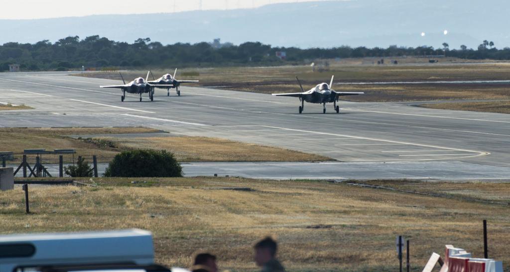 İngiliz Kraliyet Donanması'na ait dikine kalkış ve iniş kabiliyetine sahip F-35B savaş uçakları, Kıbrıs'a getirildi.