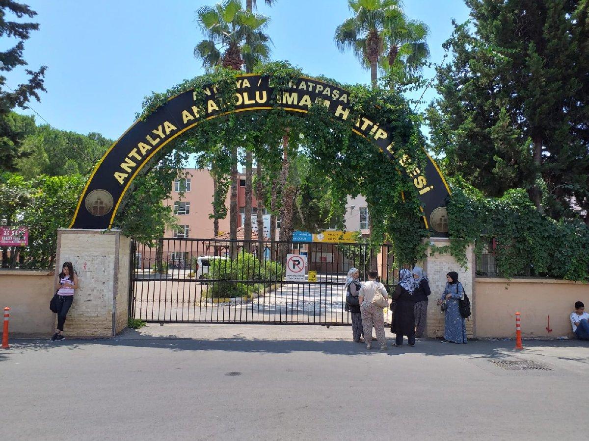 Antalya Anadolu İmam Hatip Lisesi'nde çekilen fotoğraf kenti karıştırdı…