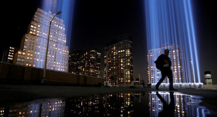 Yıkılan İkiz Kuleleri temsilen gökyüzünü aydınlatan ışık gösterisi