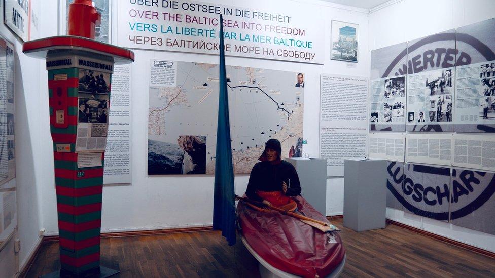 Çetin'in ölümünden sonra, nehir kenarındaki muhtelif noktalara solda görülen kurtarma cihazlarından konuldu
