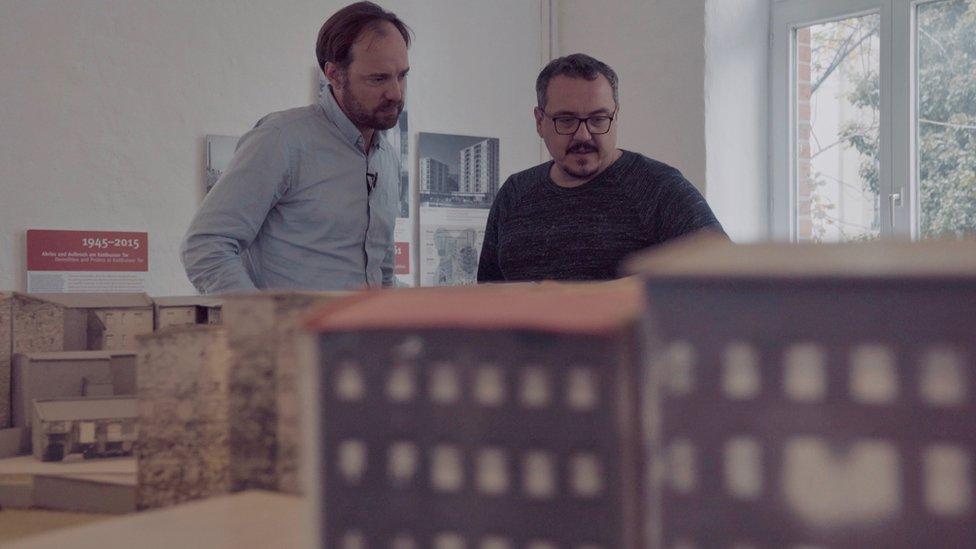 """Dr. Hochmuth (solda) """"Doğu Almanya için çocukların korkunç kaderleri sadece bir zaiyattı"""" diyor"""