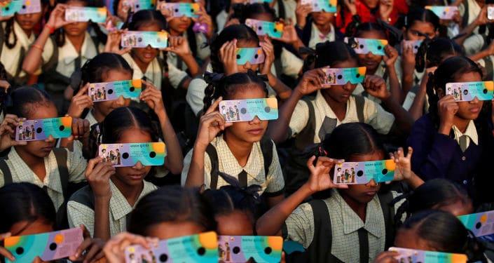 Hindistan'da güneş tutulmasının rahatça izlenebilmesi için okullar tatil edildi.