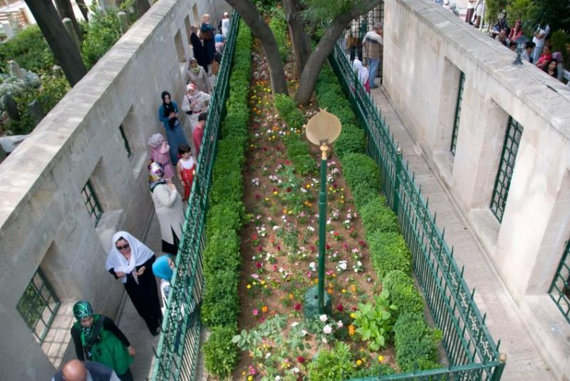 Türbe ziyaretleri, halk dindarlığında yaygın görülüyor / Fotoğraf: nenerede.com