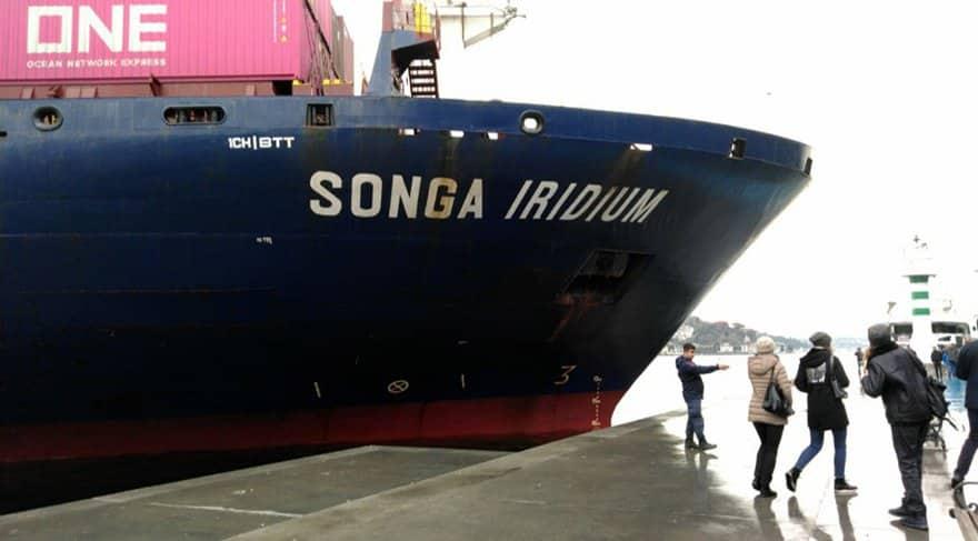 İstanbul Boğazı'nda bir kargo gemisi kıyıya çarptı .