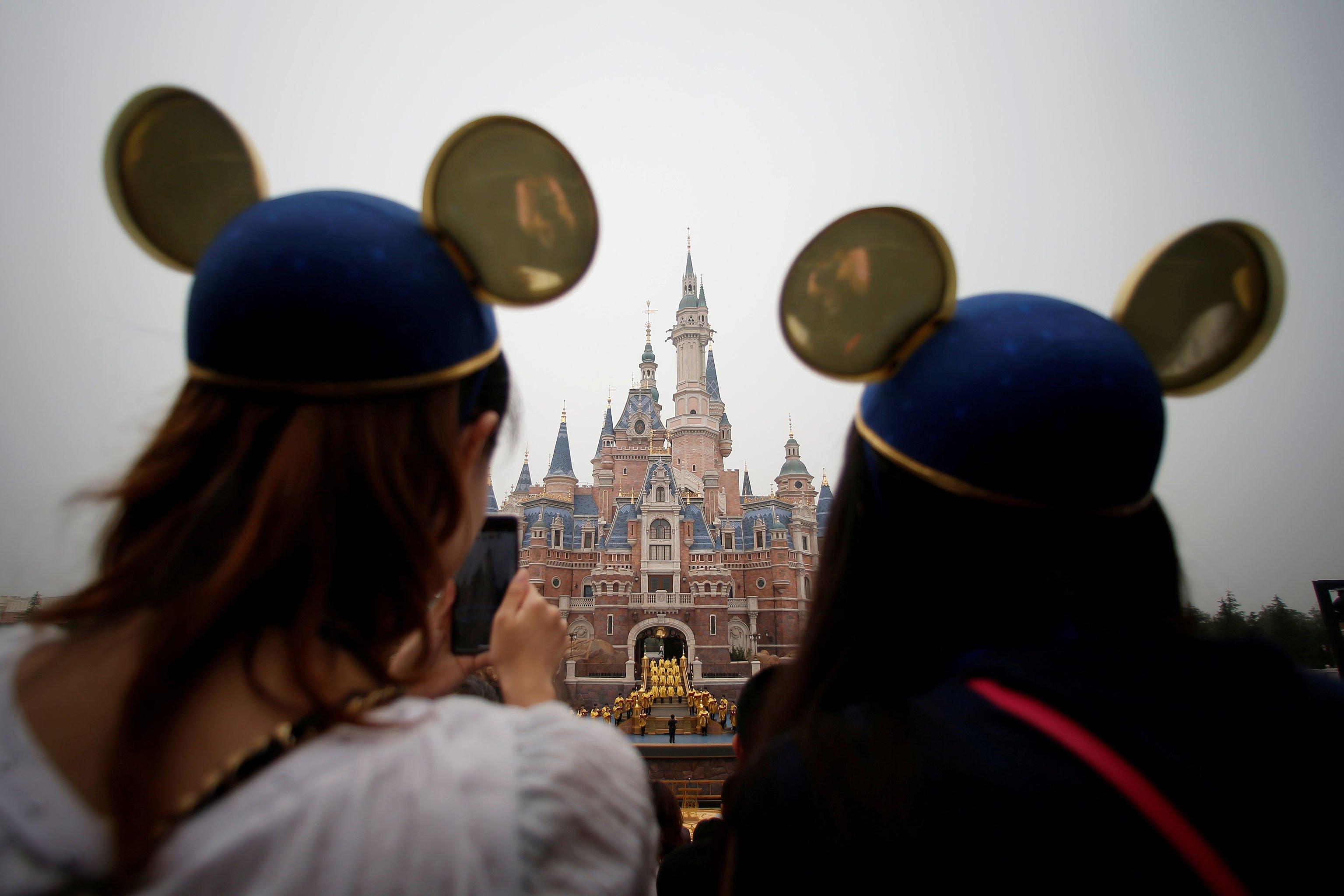 Büyük kalabalıkların toplanmasını engellemeye çalışan çinli yetkililer, Disneyland'ı da kapattı.