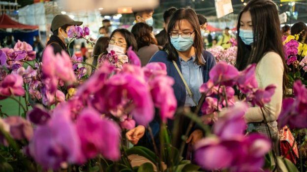 Hong Kong'da sokağa çıkanların büyük kısmı maske takıyor.