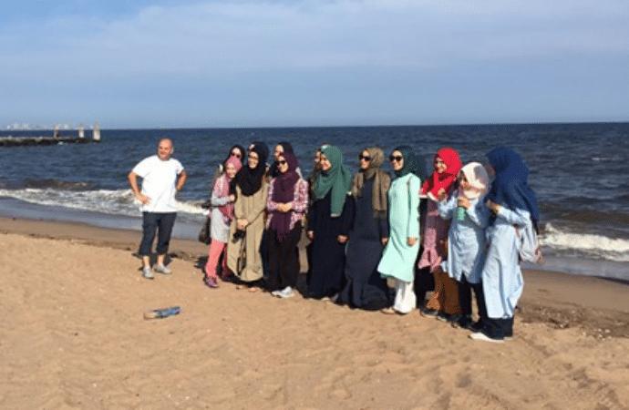 """Miraj Islamic School, """"Kartal AIHL Miraj Yaz Kampı öğrencileri ile 'South Beach'te sahil yürüyüşündeyiz"""" paylaşımı. 2017 Temmuz"""