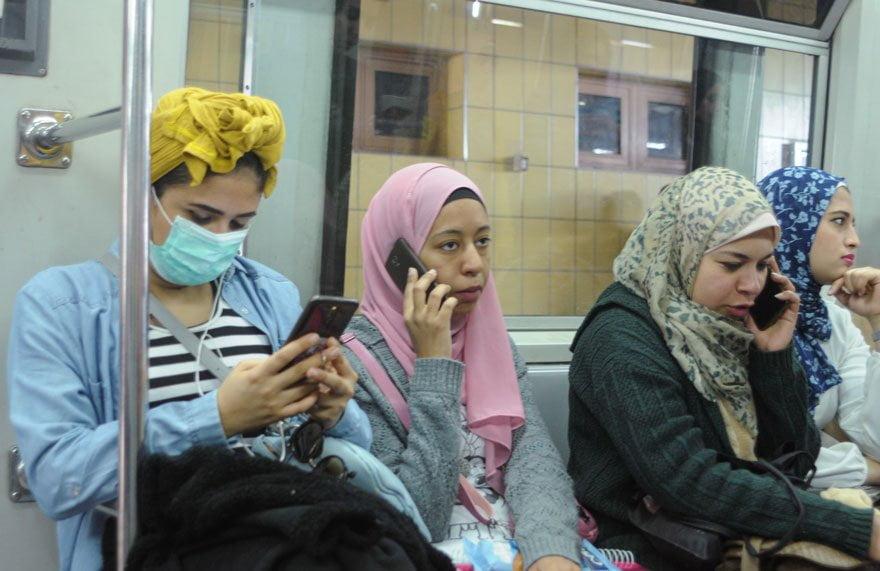 Mısır'da bazı vatandaşların maske taktığı görüldü.