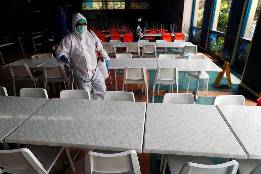 Endonezya'da dezenfekte işlemleri gerçekleştiriliyor.