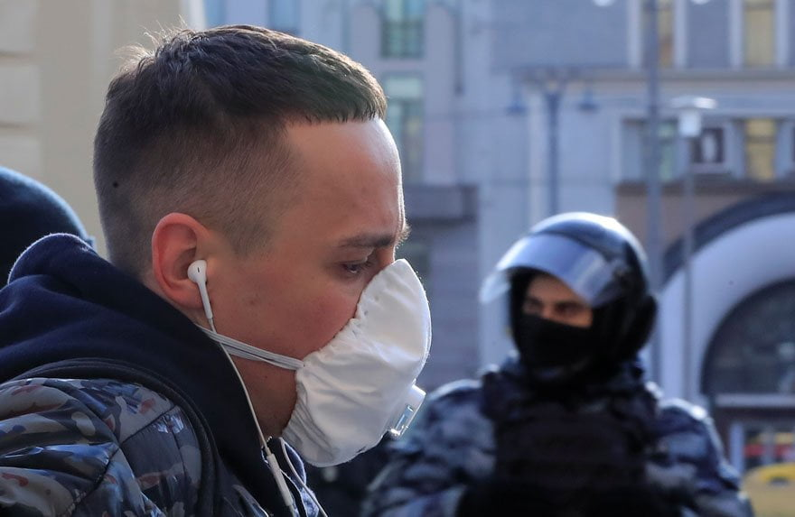 Rusya'da insanlar, virüse karşı maskeli önlem alıyor.