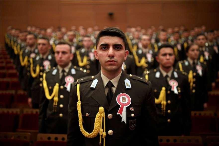 Yoklamada Atatürk'ün numarası okununca tüm öğrenciler ayağa kalkıp 'içimizde' diye bağırdı.