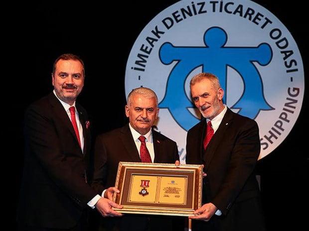 Aynı zamanda da İMEAK Deniz Ticaret Odası Meclis Başkanı da olan Salih Zeki Çakır, geçen yıl yakın arkadaşı AKP'li Binali Yıldırım'a Denizcilik Üstün Hizmet Beratı verdi.