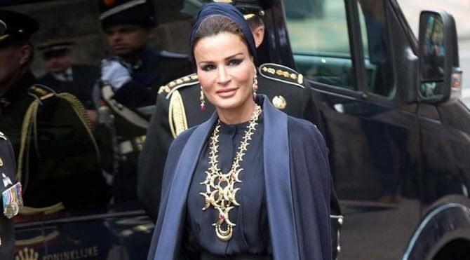 El-Sani'nin annesi Şeyha Moza bint Nasır el-Missned,