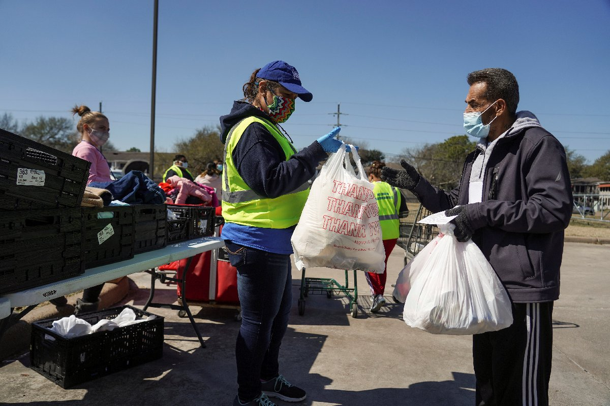 Halka gıda yardımı yapılıyor.