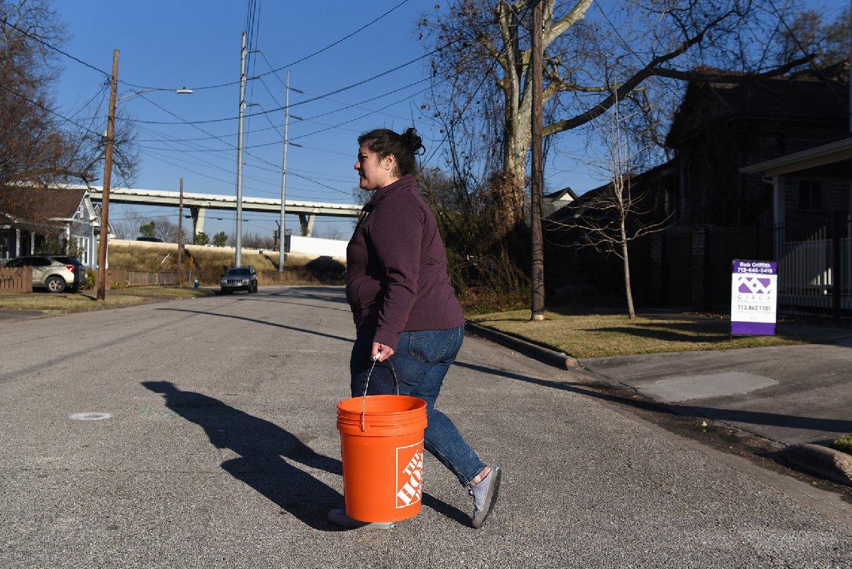 Vatandaşlar su bulmak için elinden geleni yapıyor.