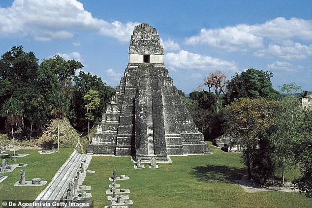 Resimde: Tikal'deki Büyük Jaguar Tapınağı