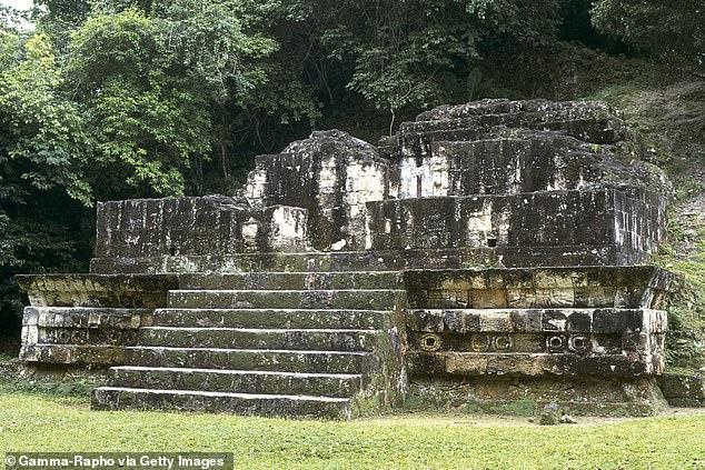 Tikal'den bir asır önce fethedilen Teotihuacan'ın etkisini gösteren bir 5. yüzyıl yapısı