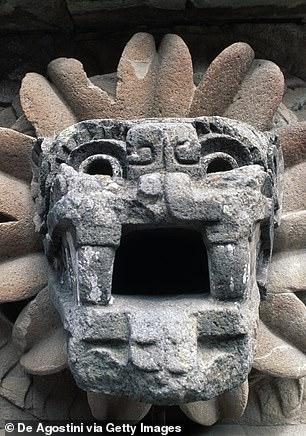 Tical'de bulunan bileşik, Teotihuacan'daki tüylü yılan (resimde) Quetzalcoatl Tapınağı'nın yarı boyutlu bir modelini içeriyordu.