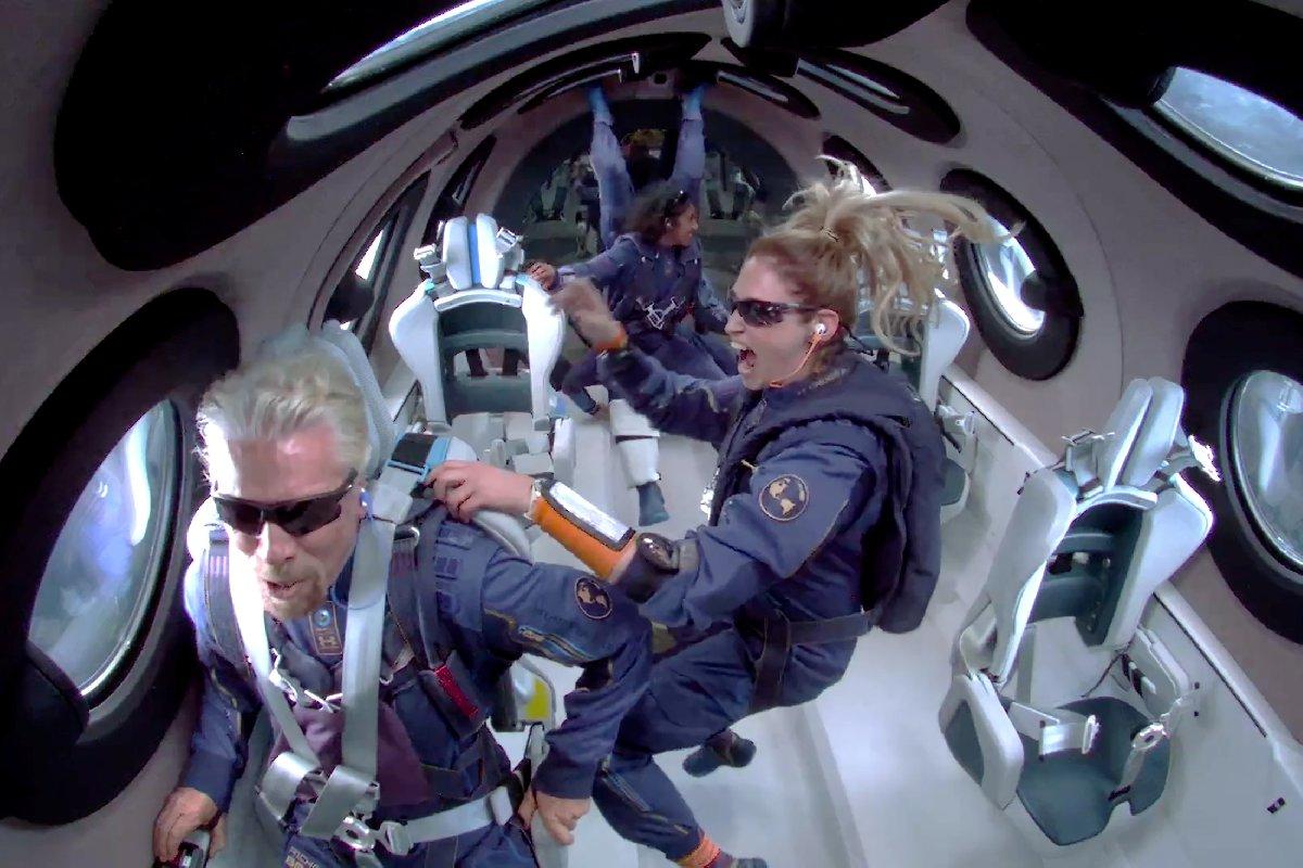 Branson ve beraberindeki ekip uzay uçuşunda.