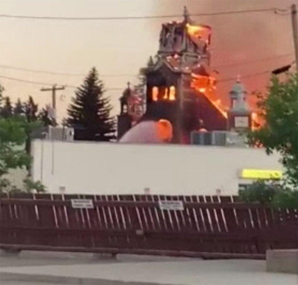Ateşe verilen kiliselerden biri.